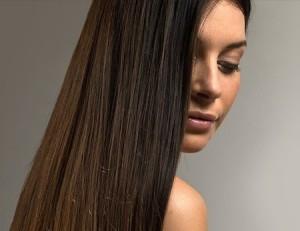 Haare mit einer Glättbürste geglättet