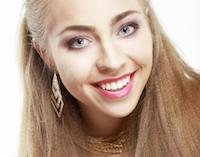Frau mit blonden glatten Haaren